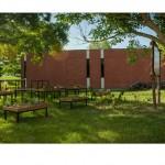 """""""La Classe Verte"""", 2012. Bois, métaux, objets de récupérations (tables, tableau d'écolier...) 16 x 14 x 1,30 m. Intervention artistique Lycée agricole d'Auzeville (CFPPA) (31) – « Rendez-vous au jardin 2012». Photo du site :Trait d'union paysan."""
