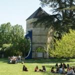 La Vague / installation in situ / Résidence au Lycée Bossuet 2014 / Condom (32) / Chemins d'Art en Armagnac / HxLxl : 910x280x50cm / (Acier, zinc, bois, peinture...)