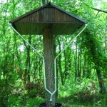 Priorité Parasitaire, 2005. Pin, bois de Pin, bois de Chêne, Zinc, métaux, 350 x 250 x 200 cm. Collection particulière Eric Pouget, Société Le vert en l'air, Pavie (32).