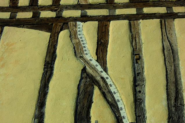 Règle Végétale n°6, 2008 (Saramon). Pâte à bois, peinture, chiffres transfert, 310 cm. Collection particulière Jean Vidal, la Brêche, Saramon (32).