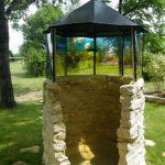 """""""Fenêtre sur cour"""",  vue du """"module d'interprétation du réel"""" (Décalquage du paysage sur verre synthétique, peinture, et installation in situ)."""